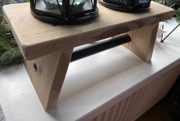 Vensterbank bankje van gebruikt steigerhout met zwarte steigerpijp