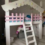 Bedhuisje Sarah met speelruimte | Boomhut bed | Steigerhout | Wit met roze