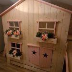 Boomhut bed met glijbaan | Boomhutbed Roos | Bedhuisje| Steigerhouten kinderbed | Whitewash | Roze Afwerking