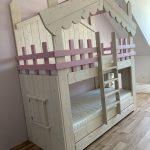 Sarah Bedhuisje | Stapelbed | Kinderbed | Boomhut bed | Steigerhout | Whitewash met Roze