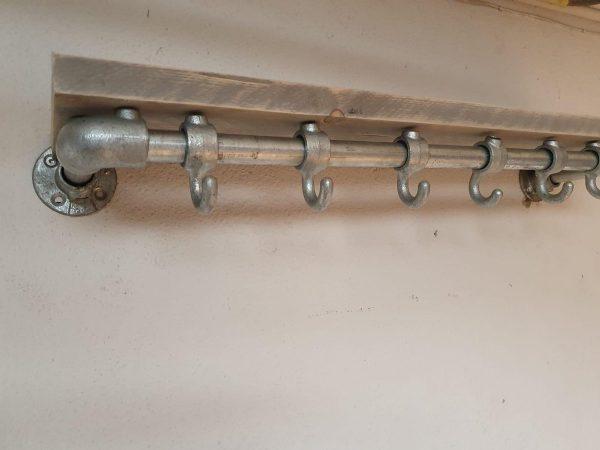 Steigerbuis Kapstok met Bovenplank   80cm   6 Haken   Buis 28mm   Industrieel   Loft   Robuust   Buis   Staal   Metaal   Hout en Staal   vintage grijs steigerhout   2x Geschuurd