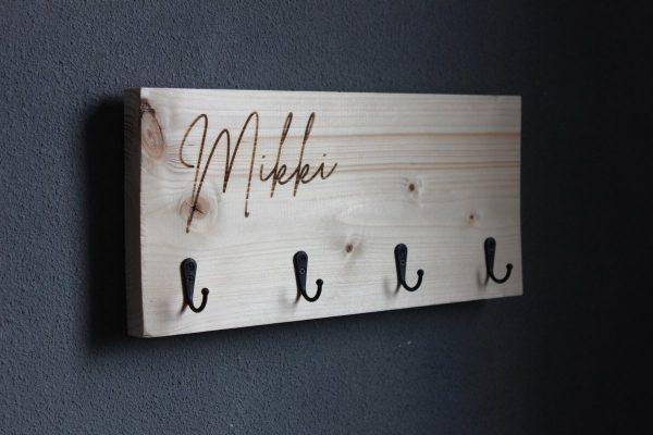 Kapstok steigerhout met gepersonaliseerde naam - 4 haken zwart - 40cm x 20cm x 6cm