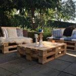 Pallet loungeset robuust | twee pallet banken en een pallet tafel